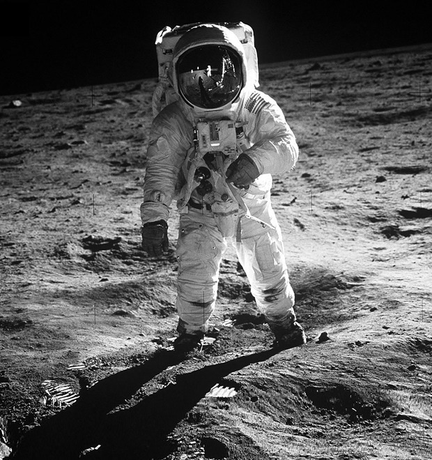 Космический мусор: Ботинки, фотоаппарат Hasselblad и другие предметы, найденные NASA на Луне