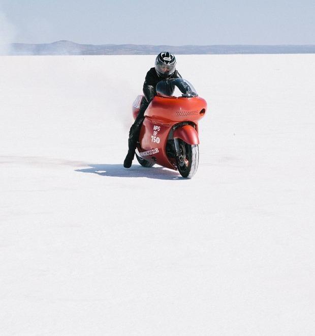 Как австралийские фанаты хот-родов устраивают гонки посреди соляной пустыни