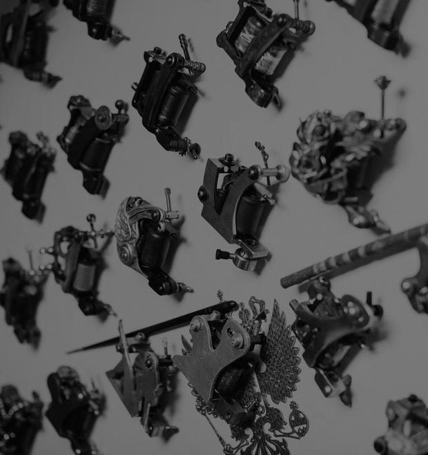 Татуировщик Дмитрий Захаров об одной из самых больших коллекций тату-машинок в Европе