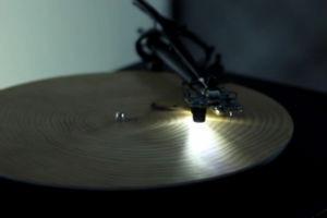 Немецкий художник создал проигрыватель пластинок из дерева — Культура на FURFUR