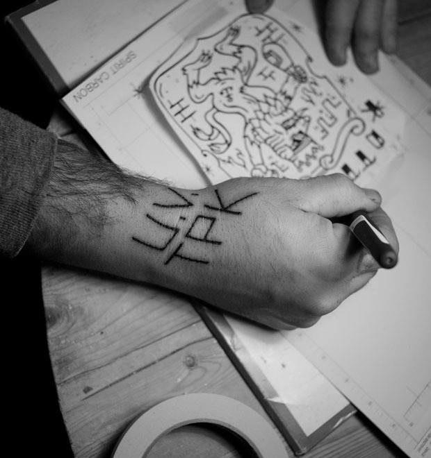 «Право носить на себе некоторые символы нужно заслужить»: Интервью с татуировщиком Фузи