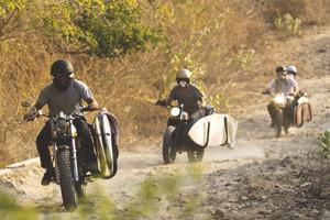 Гонки по пляжу, серфы и бесконечное лето: Репортаж из мастерской Deus Ex Machina на острове Бали