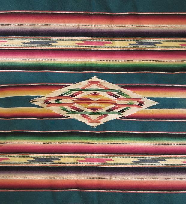 Неочевидный тренд: Как носить мексиканские пончо и серапе, если очень хочется