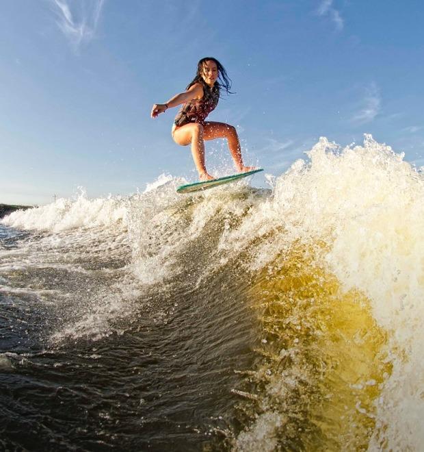 Что такое скимбординг — вид сёрфинга на мелкой воде — Культура на FURFUR