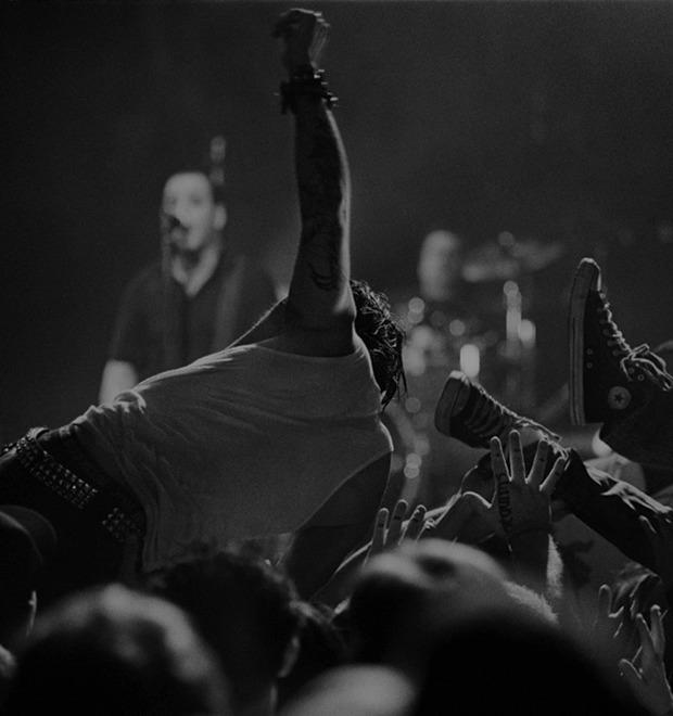 Музыка нас связала: Фотограф Эрин Фейнберг десять лет снимает фанатов на концертах