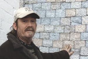 Безработный художник построил дом из купюр на сумму полтора миллиарда евро