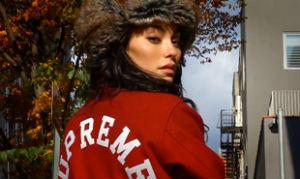 Модель рекламирует университетскую куртку Supreme