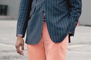 В каком случае нижнюю пуговицу верхней одежды стоит оставить расстегнутой