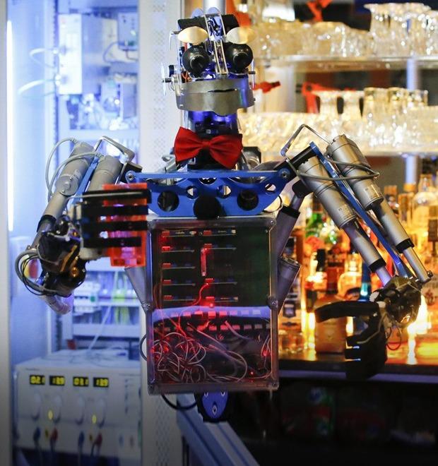 Школа барменов: Как люди пытаются научить роботов наливать выпивку и правильно смешивать коктейли