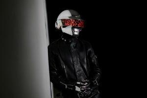 Американский дизайнер самостоятельно создал шлем музыканта Daft Punk
