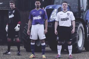 Свиньи, конь и бидоны с молоком в презентации формы анлийского футбольного клуба — Культура на FURFUR