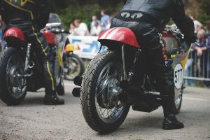 В Германии издали книгу фотографий ежегодной гонки на мотоциклах Barr Hill Race — Культура на FURFUR