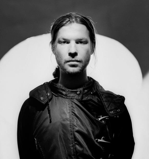 «Мне нравятся люди, которые слышат голоса»: Плакаты с высказываниями Aphex Twin