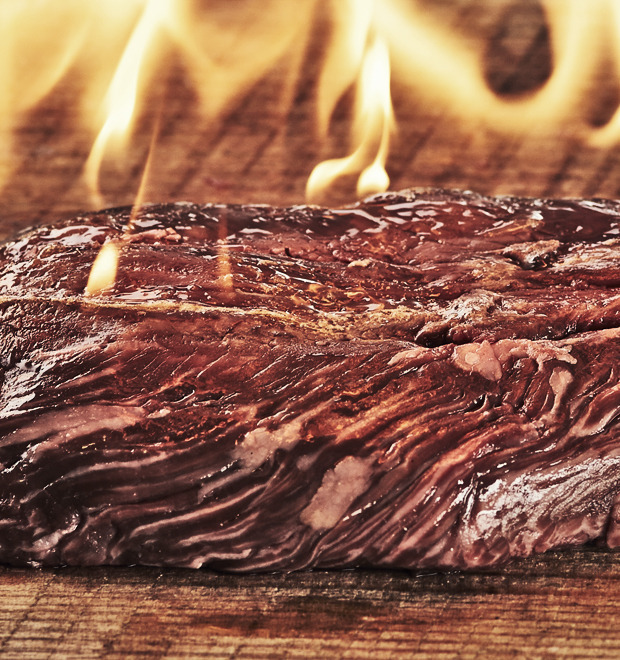 Открыть огонь: Говяжьи стейки среди языков пламени