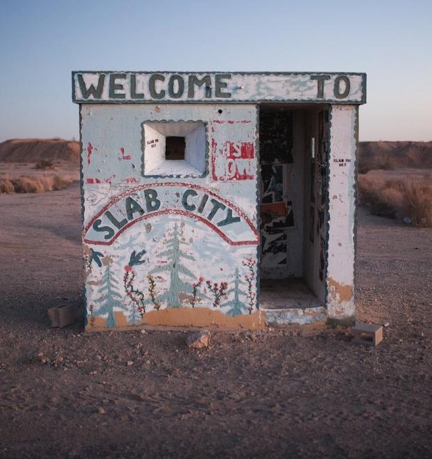 Последнее свободное место Америки: Фоторепортаж из города-призрака Слэб-Сити
