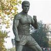 В Брюсселе открылся памятник Жан-Клоду Ван Дамму