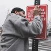 Нью-йоркский художник Джей Шеллс крепит к столбам таблички с рэп-цитатами