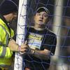 Английский фанат приковал себя наручниками к штанге во время матча