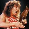 Выложены фото рок-музыкантов с огромным слизнем вместо гитары