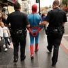 В Нью-Йорке Человек-паук атаковал полицейских