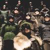 Марка Moncler представила новую коллекцию, собрав сотни людей в масках под зеркальные потолки