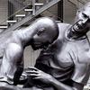 В Париже установили памятник Зидану, бьющему лбом Матерацци