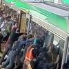 В Австралии пассажиры отодвинули поезд, чтобы спасти упавшего на пути мужчину