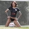 Шотландская модель разделась для презентации новой формы местного футбольного клуба