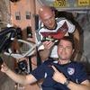 Американские астронавты побрились на орбите из-за проигранного спора