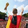Футболисты сборной Германии откололи кусок от Кубка мира