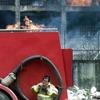 Китайские пожарные спасли самоубийцу с помощью брандспойта