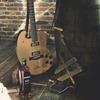 Фронтмен Bon Iver создал гитару из бочки для виски