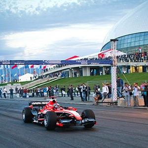 «Много алкоголя и улыбающиеся девушки с длинными ногами»: Репортаж с «Формулы-1» в Сочи