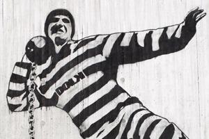 Граффити за решёткой: Что рисуют на стенах тюремных камер по всему миру