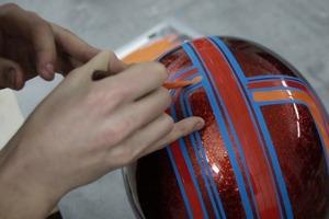 Как разукрасить шлем в технике пинстрайпинга