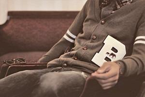 Серый кардиган: История и разновидности свитеров на пуговицах