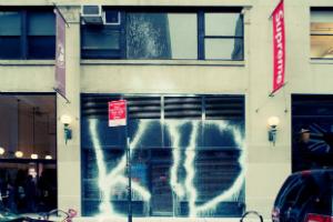 Парижский вандал Kidult: Зачем уличный художник портит фасады дорогих бутиков