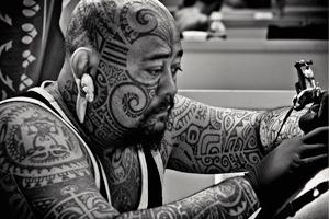 На лбу написано: Путеводитель по татуировкам на лице
