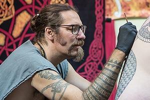 «Я вырос в маленьком городе в центре прерий»: Интервью с татуировщиком Колином Дейлом