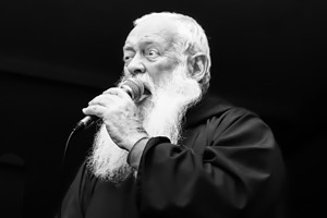 Поп-музыка: Что играют священники разных стран и конфессий