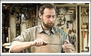 Мужчины за работой: реставратор мебели