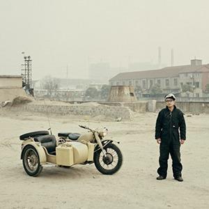В люльке: Владельцы мотоциклов с колясками на фоне пейзажей Шанхая