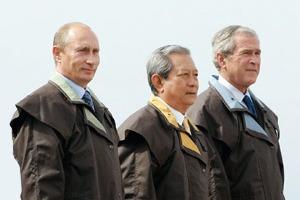 Путин в шёлке, Джордж Буш в пончо: Самые стильные образы на саммите АТЭС