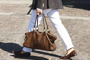 Как носить белые брюки и джинсы