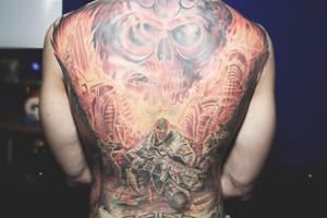 Разговоры за спиной: Обладатели «забитых» спин рассказывают о сюжетах своих татуировок