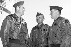 Бомберы и куртки пилотов: Кто их придумал и как их носить