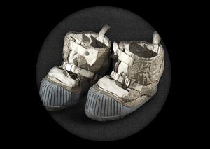 Космический мусор: Ботинки, фотоаппарат Hasselblad и другие предметы, найденные NASA на Луне. Изображение №8.