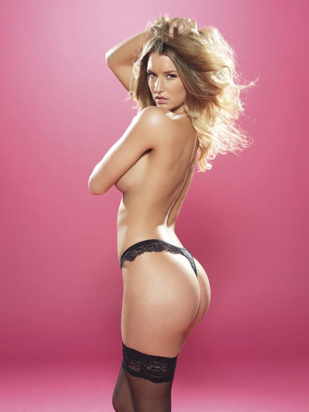 Английская модель Даника Тралл снялась для журнала Nuts. Изображение № 4.