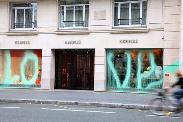 Парижский вандал Kidult: Зачем уличный художник портит фасады дорогих бутиков. Изображение № 6.