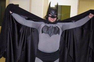 Бэтмен привел задержанного грабителя в полицию Брэдфорда. Изображение № 1.